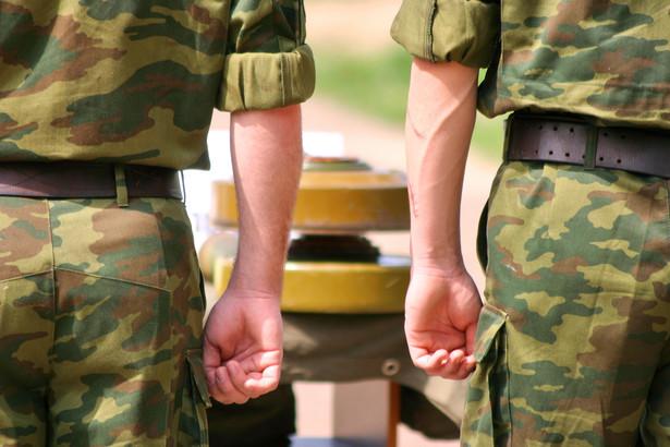 Żołnierzy i oficerów żegnali przedstawiciele dowództwa wojsk lądowych, władze wojewódzkie i miejskie oraz rodziny.