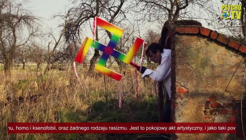 Maciej Maleńczuk z tęczową swastyką