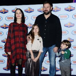 Tomasz Karolak i Viola Kołakowska z dziećmi na salonach. Podobni do rodziców?