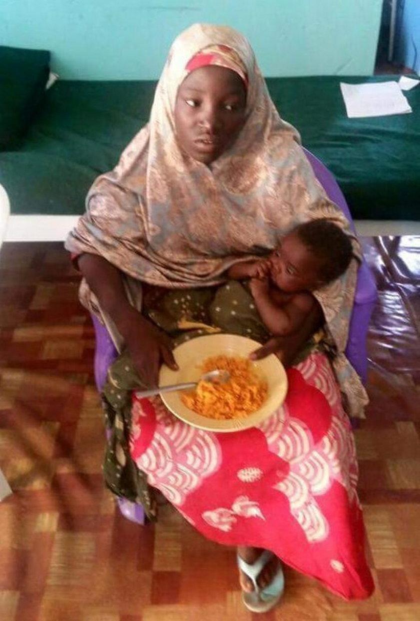 Amina ze swoim urodzonym w niewoli dzieckiem