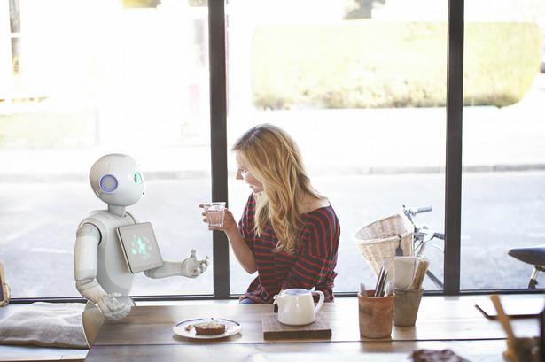 Tomasz Hanczarek, prezes zarządu Work Service S.A.: To, jakie kompetencje będą kluczowe w przyszłości, determinuje przede wszystkim automatyzacja pracy. Już dziś obserwujemy znikające zapotrzebowanie na pracowników fizycznych, których praca może być z powodzeniem zastępowana przez maszyny. Naturalną konsekwencją tego procesu jest konieczność zatrudniania osób do tworzenia oraz obsługi tych maszyn i robotów, które stały się znaczącym elementem rynku pracy. Już dziś informatyka i programowanie oraz motoryzacja i nowe technologie należą do branż o największych deficytach pracowników. Popyt na specjalistów w tych dziedzinach nie gaśnie, a nieustający rozwój technologiczny powoduje, że będzie on coraz większy. Równocześnie na znaczeniu zyskują wszystkie umiejętności miękkie, takie jak kreatywność, czy komunikatywność oraz różne unikalne kompetencje które - jak na razie – nie mogą zostać zastąpione przez maszyny.