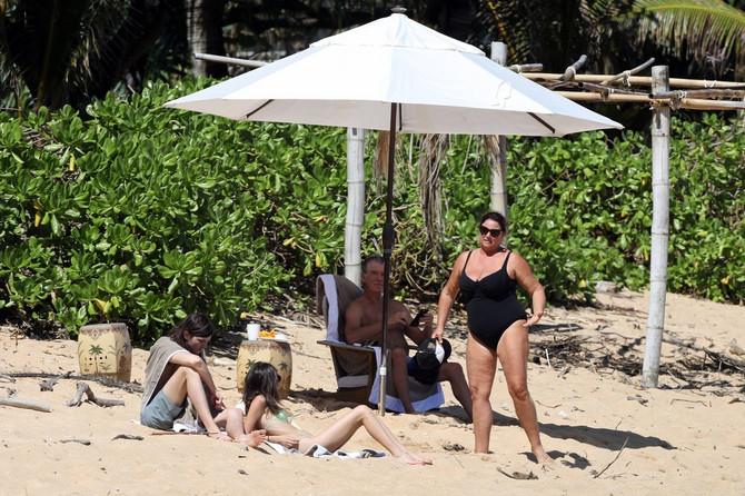 Pirs Brosnan sa suprugom na Havajima krajem marta ove godine : na slici je i njegov sin sa prijateljicom