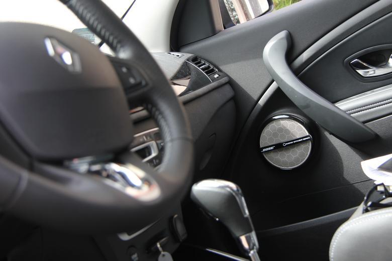Charakterystyczne białe maskownice zestawu Bose dostosowanego do współpracy z Renault R-Link