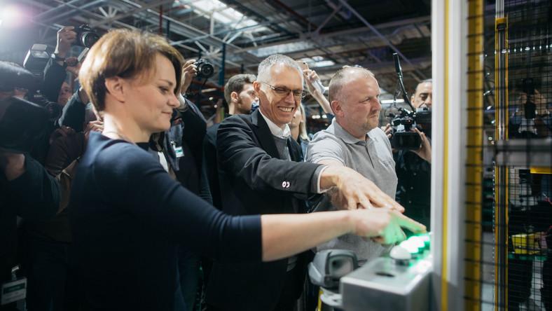 Groupe PSA uroczyście uruchomiła nową linię montażową 3 cylindrowego silnika benzynowego Turbo PureTech w Tychach. Guzik startowy naciskała Jadwiga Emilewicz, minister przedsiębiorczości i technologii oraz Carlos Tavares, prezes zarządu Groupe PSA