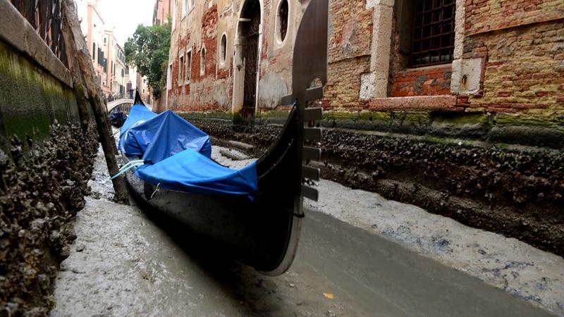 Nietypowo niski stan wody w weneckich kanałach