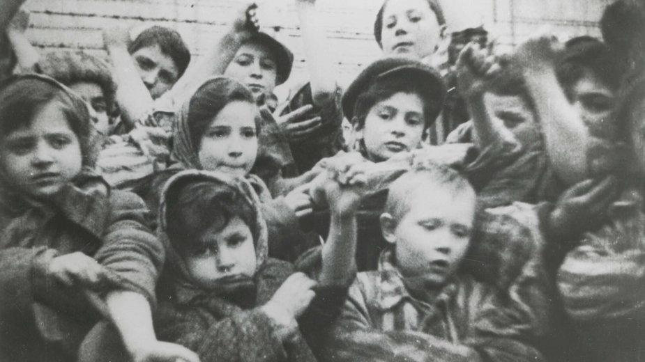 Na zdjęciu dzieci w obozie Auschwitz-Birkenau w czasie II wojny światowej