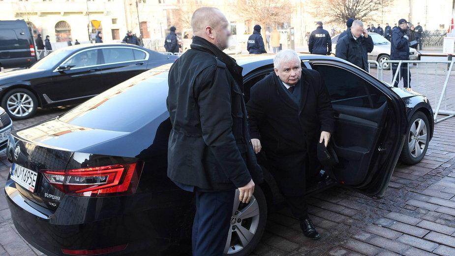 Jarosław Kaczyński w otoczeniu swojej ochrony