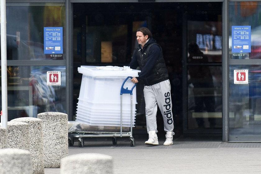 Radosław Majdan pcha wózek