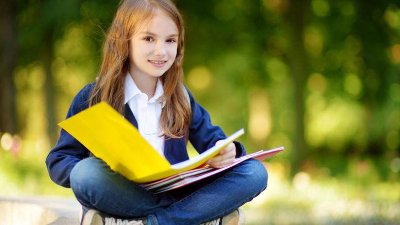 Dziewczyna czyta książkę
