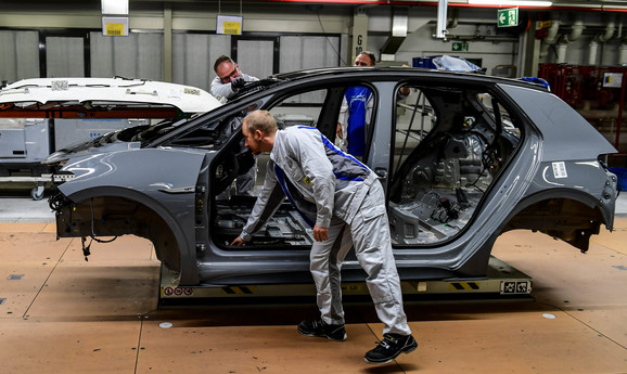 Tramp preti visokim tarifama evropskoj automobilskoj industriji