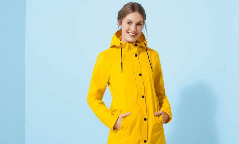 Lidl sprzedaje hitowy żółty płaszcz przeciwdeszczowy w świetnej cenie.