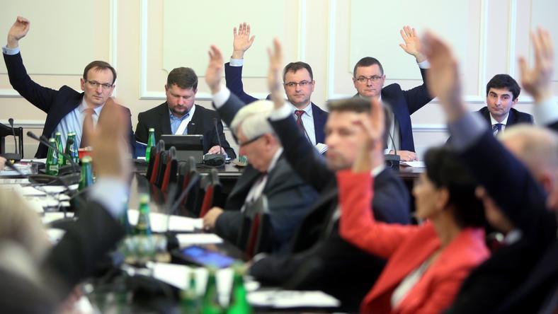 Sejmowa Komisja Ustawodawcza przegłosowała przerwę, posłowie PiS protestują