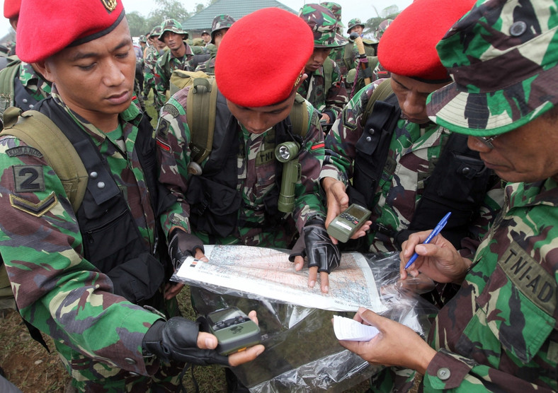 Indonezyjscy żołnierze szukają rosyjskiego samolotu