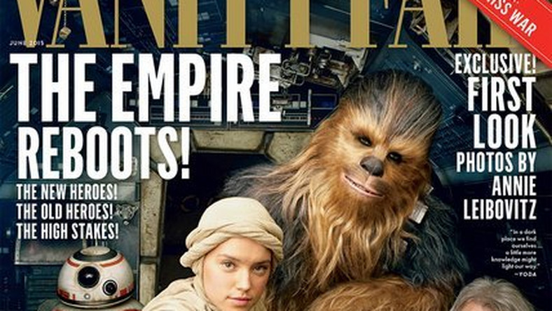 """Zdjęcia bohaterów nowej odsłony sagi dla """"Vanity Fair"""" zrobiła słynna Annie Lebowitz. Przed jej obiektywem zaprezentowały się gwiazdy """"Gwiezdnych Wojen: Przebudzenia Mocy"""" z Harrisonem Fordem (Han Solo) i Peterem Mayhewem (Chewbacca) na czele"""
