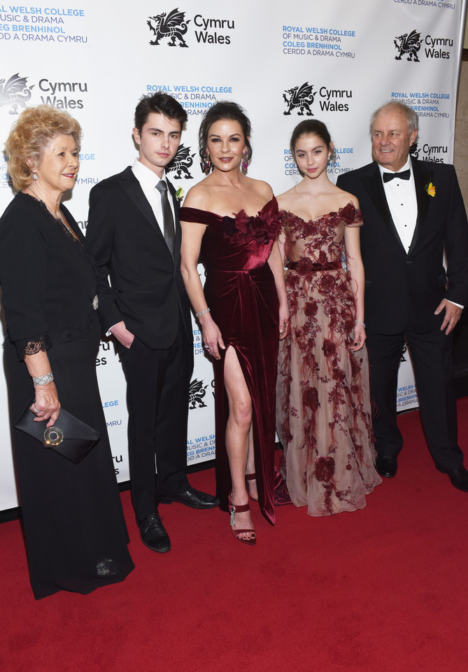 Patricia Fair, Dylan Michael Douglas, Catherine Zeta-Jones, Carys Zeta Douglas i David James Jones