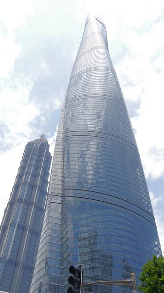 Shanghai Tower ma 632 metry wysokości i 128 pięter