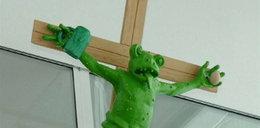 Sztuka? Żaba na krzyżu po wizycie papieża