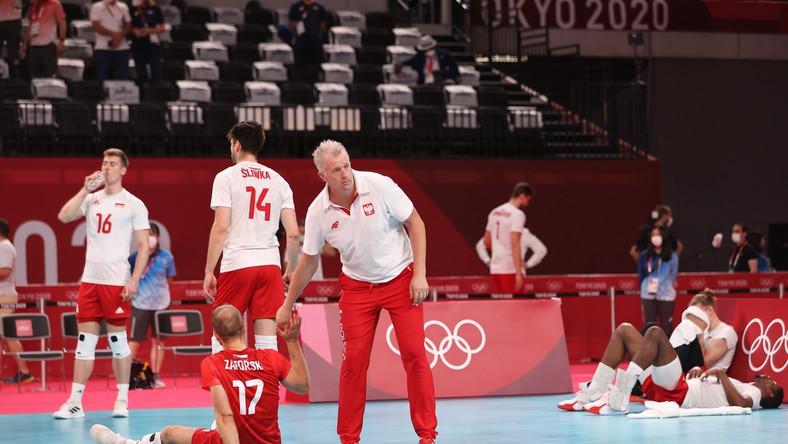 Trener reprezentacji Polski Vital Heynen pociesza siatkarzy po porażce