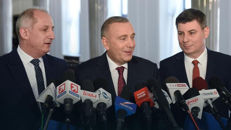 Przewodniczący PO Grzegorz Schetyna (C), przewodniczący KP PO Sławomir Neumann (L) oraz poseł PO Jan Grabiec (P)