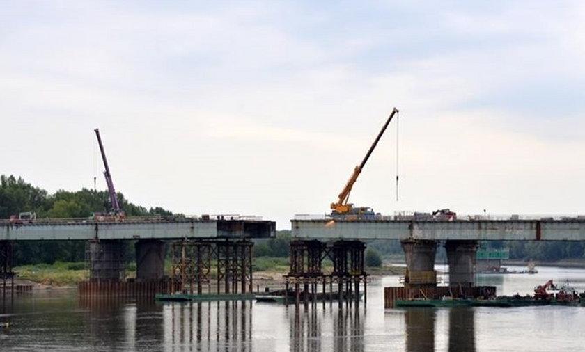 Robotnicy nasuwają kolejna czesc mostu Łazienkowskiego