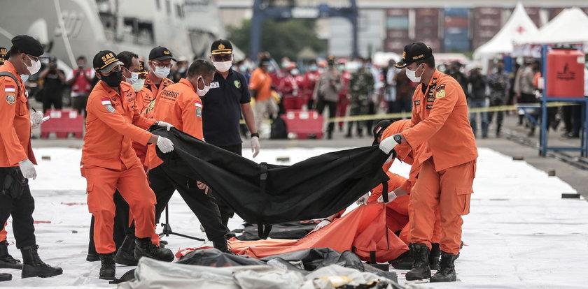 Katastrofa lotnicza w Indonezji. Policja dostała dwa worki. W jednym z nich fragmenty ludzkich ciał