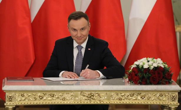 Prezydent Andrzej duda podpisuje akt powołania na premiera Mateusza Morawieckiego.