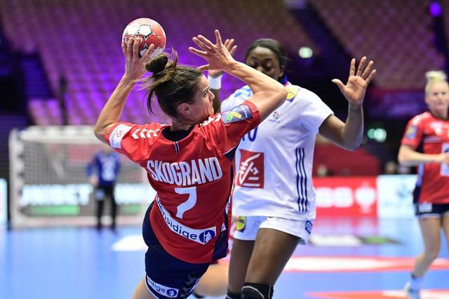 Norvežanka Stine Skogrand šutira ka golu Francuske u finalu Evropskog prvenstva za rukometašice