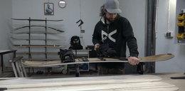 Przyjaciele po godzinach robią deski snowboardowe