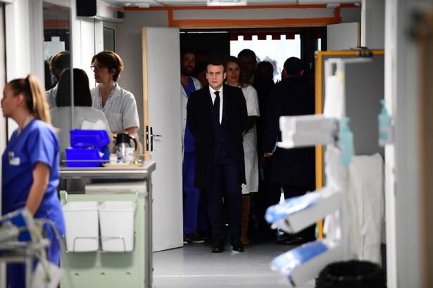 Emmanuel Macron wizytuje szpital w związku z koronawirusem