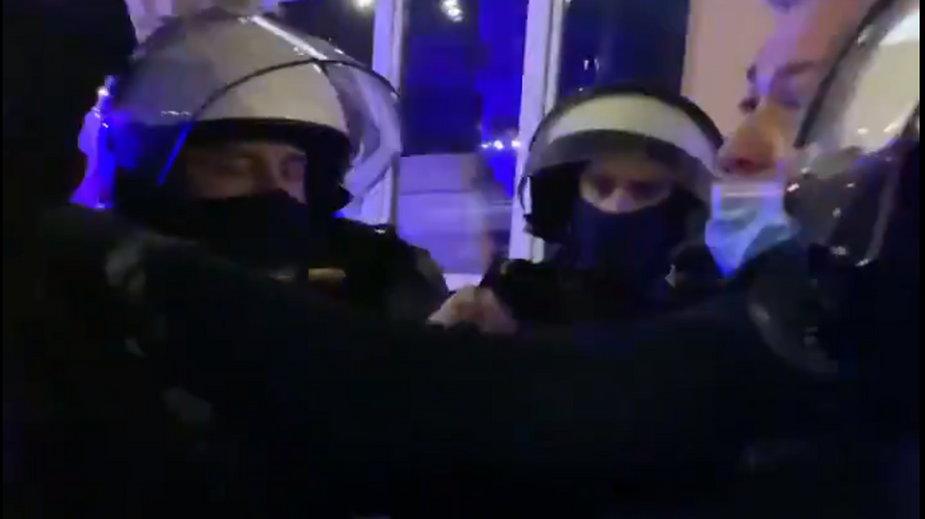 Robert Biedroń w trakcie sprzeczki z policją