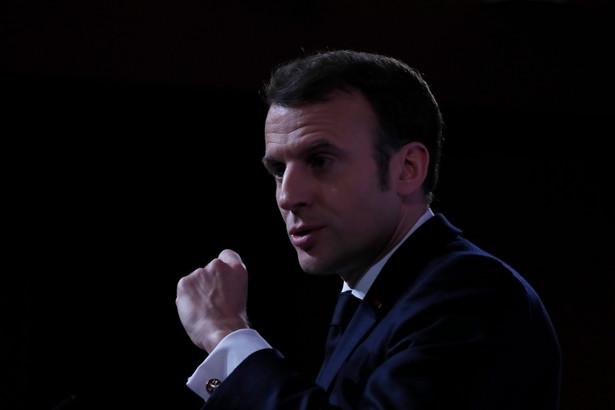 """""""Epidemia koronawirusa, która dotyka wszystkie kontynenty i uderza we wszystkie kraje europejskie, jest najpoważniejszym kryzysem zdrowotnym, jakiego Francja doświadczyła od stulecia"""" - powiedział Macron."""