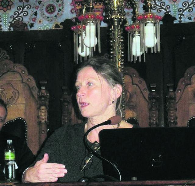 Mikuška je viši predavač Univerziteta u Čičesteru