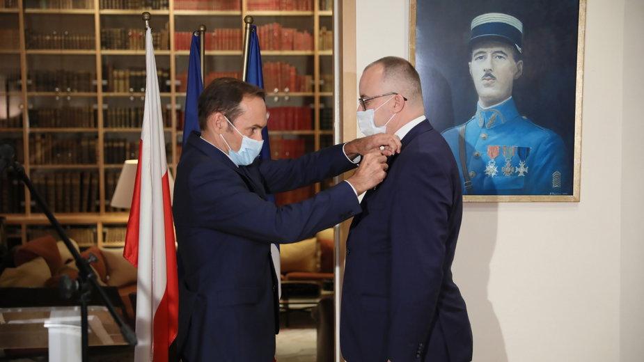 Adam Bodnar odbiera odznaczenie od ambasadora Francji Frederica Billeta