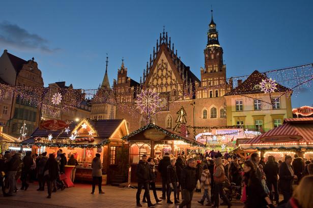 WrocławFantastyczne dekoracje świąteczne na wrocławskim rynku, który już na co dzień ma przecież wiele uroku, sprawiają, że to jeden z najpiękniejszych jarmarków w Europie. Sprzedaż świątecznych smakołyków i rękodzieła o tematyce bożonarodzeniowej prowadzona z drewnianych domków jest uświetniana dodatkowymi imprezami. Na ten rok zaplanowano między innymi rzeźbienie figur lodowych, koncerty i paradę. Zapowiada się wspaniale!