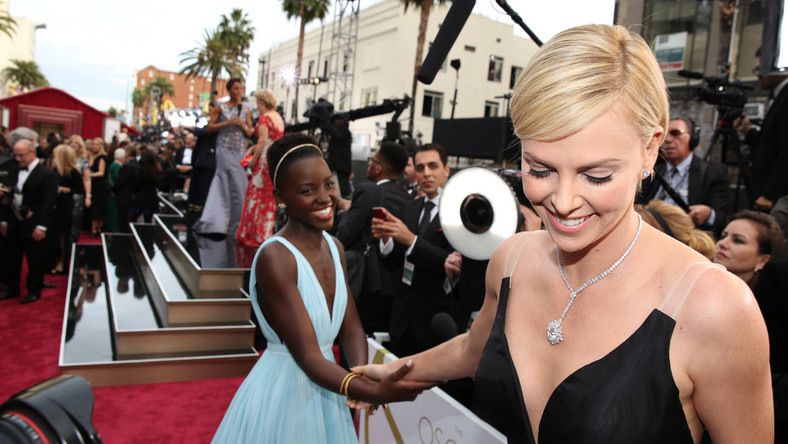 Lupita Nyong'o i Charlize Theron na gali Oscarów