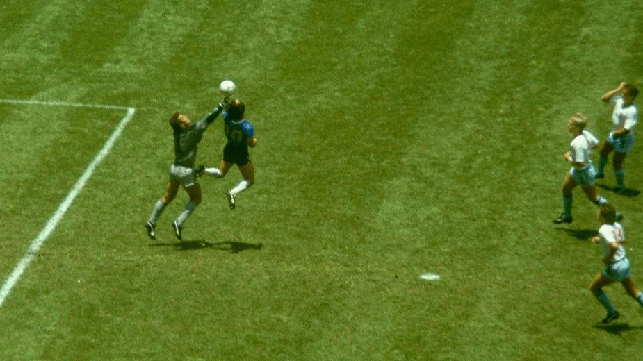 Diego Maradona i gol ręką w meczu z Anglią