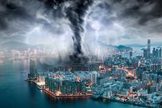 Grad sa najviše bogataša na svetu RAZORIO SUPERTAJFUN: Neboderi su se ljuljali od siline vetra, a sada su stigli još JEZIVIJI PRIZORI (FOTO)