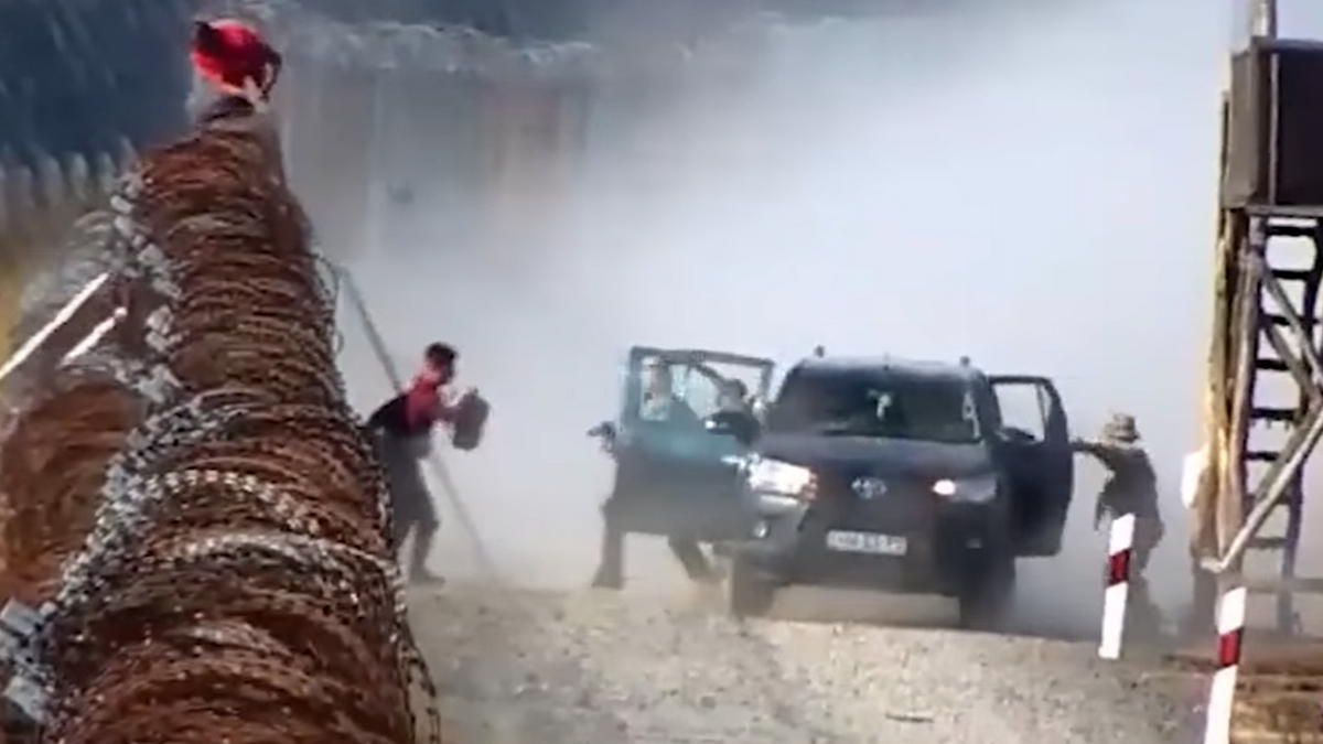 Döbbenetes képsorok: így próbálnak átjutni a menekültek a déli határzárnál – videó