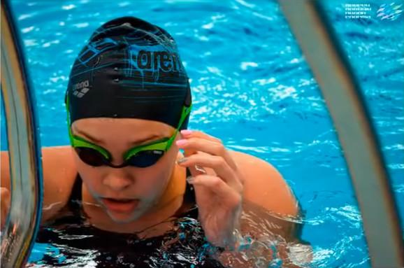 Safia Askarova u bazenu
