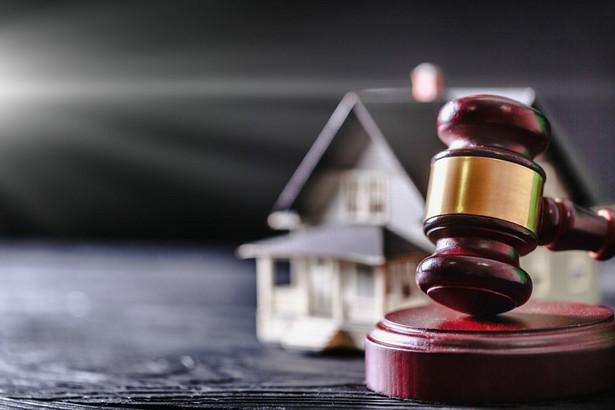 UODO wskazuje, że imię i nazwisko, PESEL, informacje o zobowiązaniach finansowych, przysługujących prawach czy sposobie pozyskania tytułu prawnego do nieruchomości – to tylko niektóre dane o właścicielu nieruchomości dostępne w księdze wieczystej