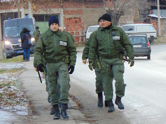 Osim policijskih patrola, prisutni su i pripadnici Žandarmerije naoružani automatskim oružjem