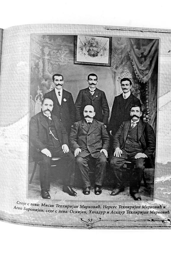Stoje, s leva: Misak Tehlirijan Marković, Nerses Tehlirijan Marković, Agop BarOnijan. Sede: Oskijan, Hačadur i Asadur Tehlirijan Marković