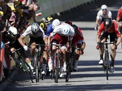 Peter Sagan (drugi z lewej) doprowadził do upadku Marka Cavendisha pod koniec czwartego etapu Tour de France