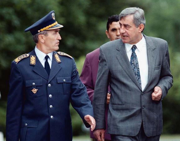Pavle Bulatović, ministar odbrane SR Jugoslavije, sa tadašnjim saradnicima