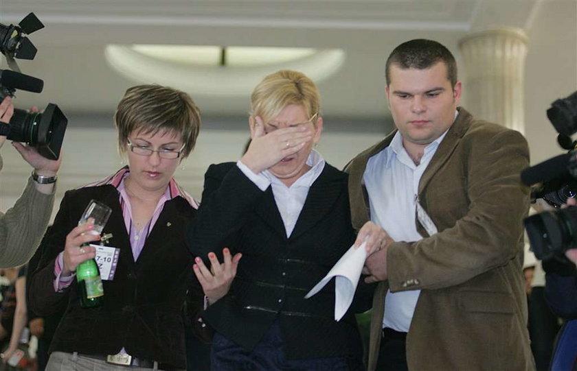 Na głowach czarna kominiarka, oczy zasłonięte goglami. W takim kamuflażu najsłynniejszy polski agent CBA zeznawał w utajnionym procesie oskarżonej o korupcję byłej posłanki Beaty Sawickiej (46 l.)