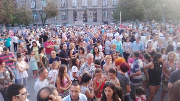 Svako veče u dvorište škole dođe nekoliko stotina ljudi da pruži podršku Ljubi