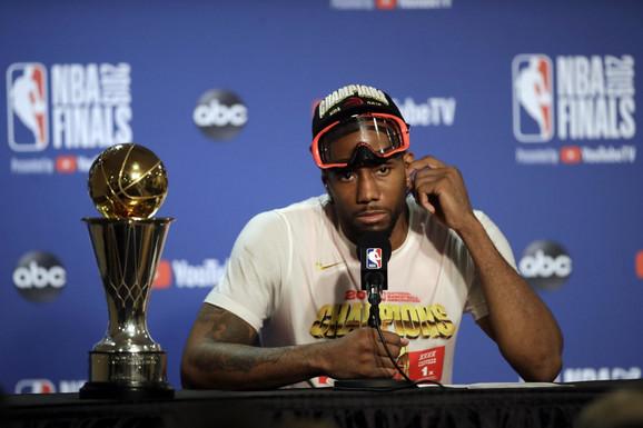 Kavaj Lenard sa trofejom najkorisnijeg igrača finalne serije NBA lige