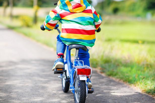 Resort infrastruktury rozważa m.in. wprowadzenie dla dzieci i młodzieży obowiązku jazdy na rowerze w kasku