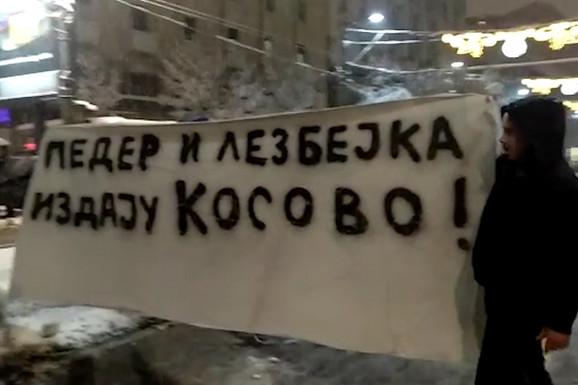 TROLOVI NA PROTESTU Ekstremisti nosili pogrdni transparent, građani ih IZVIŽDALI