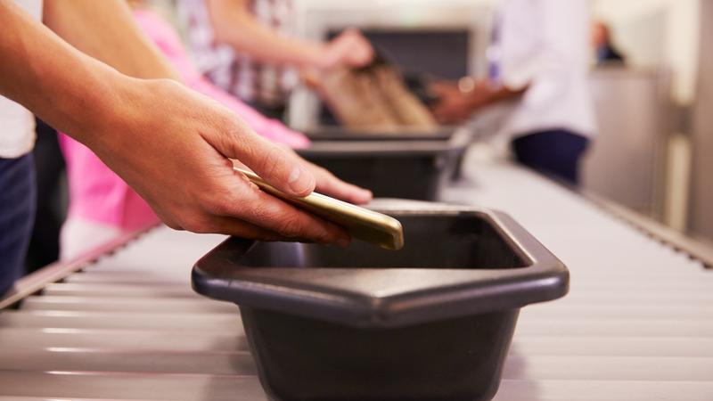 Na lotnisku mogą żądać podania hasła do laptopa lub telefonu. Co Ci grozi w razie odmowy?